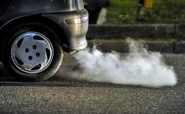 Khi đổ xăng có nên đổ đầy bình xăng hay không khi ảnh hưởng đến môi trường