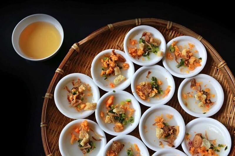 bánh bèo chén món ngon đặc trưng huế được đựng trong những chiếc bát nhỏ