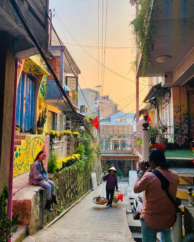 Chụp ảnh tại phố bích họa dốc nhà làng địa điểm sống ảo Đà Lạt