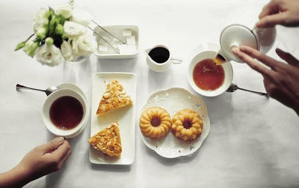 quy tắc ứng xử trên bàn ăn lưu ý sử dụng thìa khi dùng cafe hoặc trà